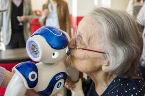 """Le CCAS d'Issy les Moulineaux met a la disposition des personnes du 3eme age un robot NAO """"coach pour seniors"""" pour animer leurs activites."""
