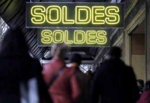 2048x1536-fit_panneaux-soldes-devant-grands-magasins-parisiens