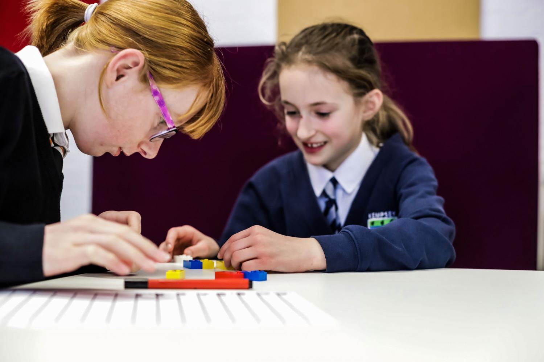 Des enfants en train de s'amuser avec des LEGO pour l'apprentissage du braille