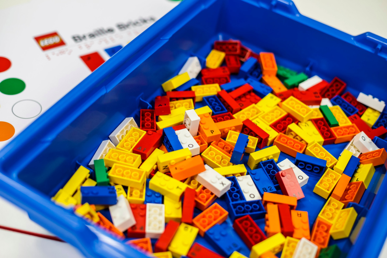 Un bac de LEGO destiné à l'apprentissage du braille