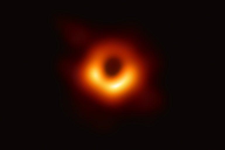 La photographie du trou noir prise par Event Horizon Telescope.