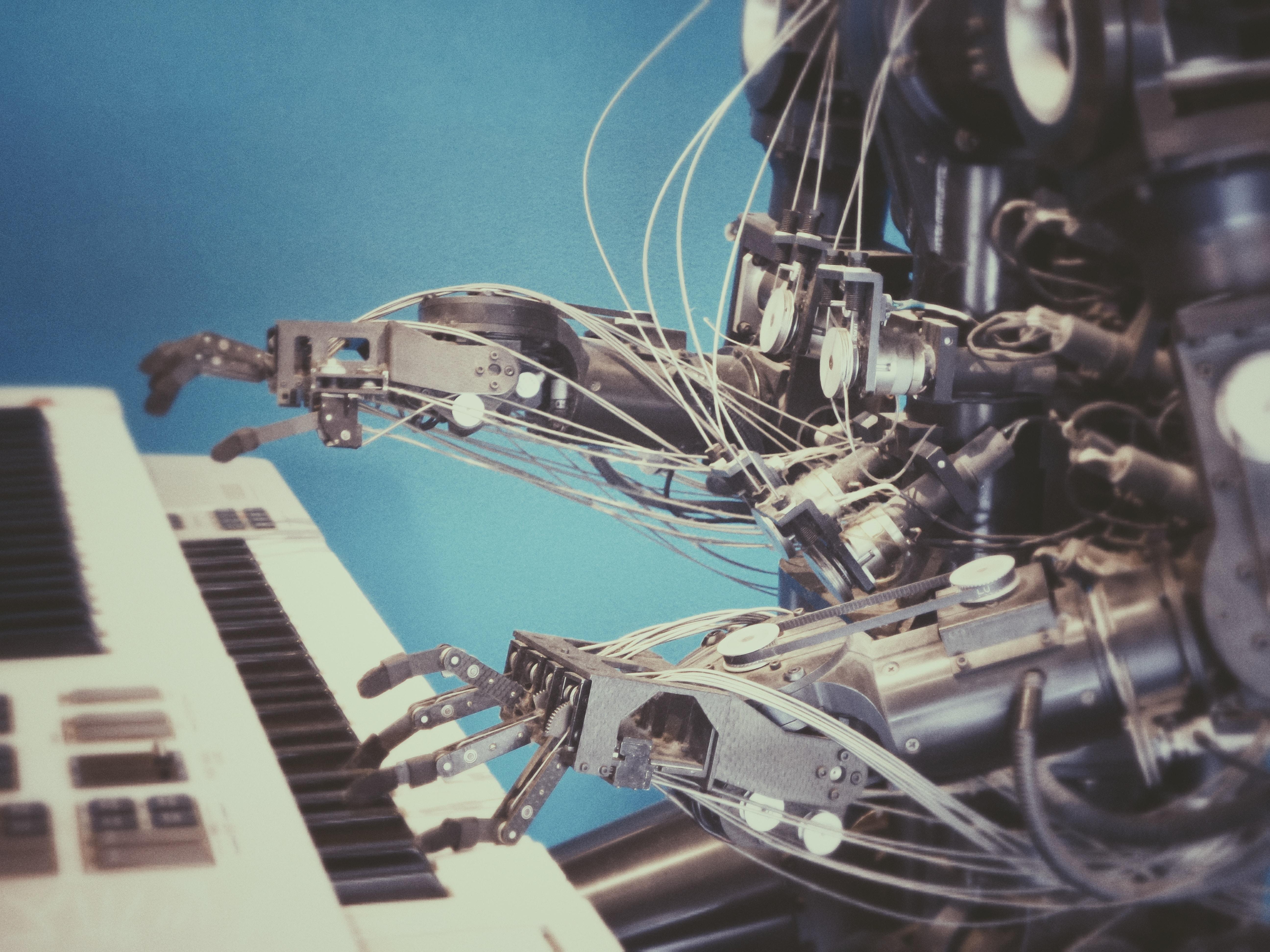 Illustration du machine par un robot qui apprend à jouer du piano, sous-entendu, plus il joue, plus il peut se corriger.